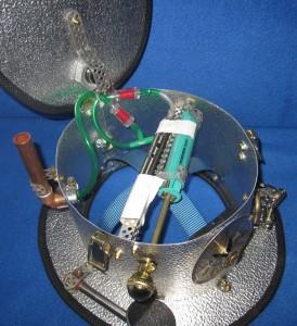 Das Dampfsystem: Der Absperrhahn drückt den Knopf der eZigarette, über den der Knauf vorne pumpt man über zwei Ventile Luft aus der eZigarette in die Spritze und bei reindrücken raus aus dem Schornstein.