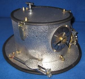 Die rechte Seite mit der Teleskopspiegelhalterung (zum selber auf die Uhr schauen). Die Bohrungen sind für die innenliegende Damperzeugungshalterung mit Pumpstange.