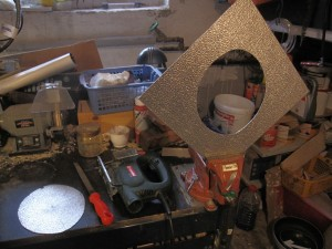 Aus der Basisplatte ist die Kopfform ausgesägt (davor in Pappe probiert)